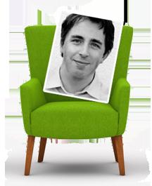 mediadesign linke - Foto von einem grünen Stuhl / Sessel mit einem Bilderrahmen von mir, angelehnt auf der Sitzfläche